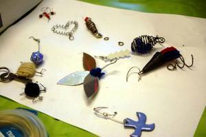 Smycken kan man göra av mycket, gamla cd-skivor till exempel.