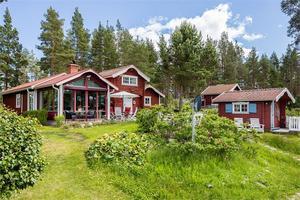 På denna havstomt i Utvalnäs står en villa med garage, gäststuga, vedbod, förråd och brygga.