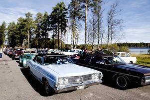 BILMARKNAD. Mer än 500 veteranbilar visades upp vid den snabbt växande veteranbilsmarknaden i Medskogssjön på lördagen, en marknad som på fyra år växt så snabbt att den nu inte kan bi större.
