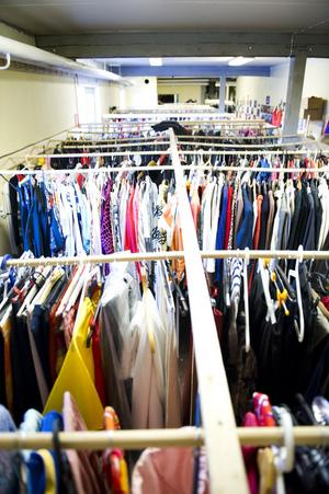 Rad efter rad av scenkläder hänger i lokalen.