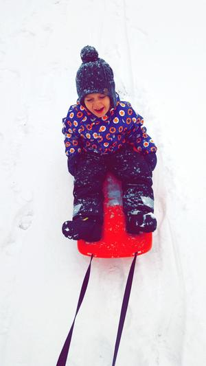 Liam är i alla fall överlycklig att det har snöat!