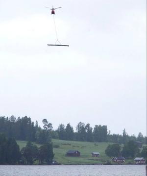 50 ton byggmaterial flögs med helikopter under torsdagen ut till Verkön.
