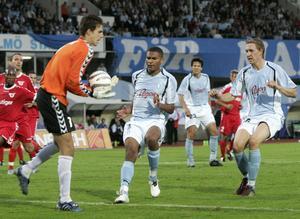 10 augusti 2005, Malmö. Tredje kvalomgången i CL. Thun slår Malmö med 1–0 i första mötet. Jakupovic snor bollen framför näsan på Afonso Alves och Marcus Pode.