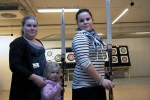 Sandra Persson, Thea Björklund och Camilla Persson fanns också på plats. Sandra är medlem i bågskytteklubben sedan ett år tillbaka.