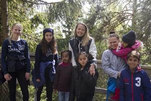 Johanna Forsberg, Moa Sjöberg, Alice Rosén och Louise Rosén tillsammans med ett gäng nya vänner.