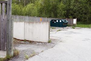 Arbetet med att plocka bort behållarna för tidningar och förpackningar vid gamla Ica Kvantum i Fiskja har redan inletts.