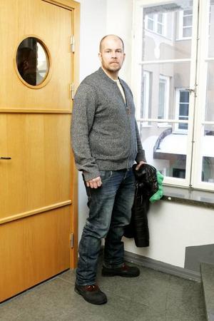 Lars-Göran Mikaelsson upprörs över att Länsförsäkringar klassat honom som överviktig och kräver honom på en högre försäkringspremie än annars.