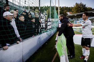 Avgående ÖSK-tränaren Alexander Axén tog farväl av supportarna direkt efter slutsignalen på Idrottsparken. Lagkaptenen Nordin Gerzic är med och stöttar.