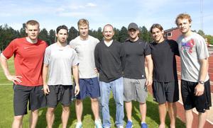 Här ser vi Mora IK:s utländska inslag den kommande säsongen, från vänster; Lettiske målvakten Ervins Mustukovs, Rob Ricci (fw), Kanada, Patrick Bjorkstrand (fw), Danmark, assisterande tränaren Mark LeRose, USA, Tyler Gotto (b), Kanada, Gasper Kopitar (fw), Slovenien samt fransmannen Anthony Guttig (fw).