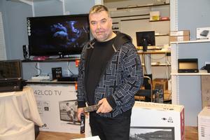 Bengt ville upprätthålla servicen i Byn och har även börjat sälja tv och radio. Det har även gett mig fler bekymmer med fler inriktningar. Men gör ingen annan det måste jag göra det, konstaterar han.