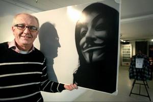 Kjell-Gunnar Jonsson är en av fyra fotografer som ställer ut sina foton på galleri Urbn Arts från och med i dag. Fotot han håller i tog han på Stortorget när proteströrelsen Occupy Sweden, som bland annat uppmärksammar ekonomiska klyftor och girighet i företagsvärlden, protesterade där.