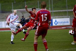 Skott kommer! Johan Engström provar skottlyckan mot Valsta Syrianska.