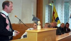 rafikplanerare Per Eriksson fick svara och argumentera kring årets bussupphandling i Timrå innan kommunfullmäktiges sammanträde startade.