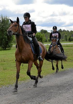 Startklara. Sanna Wretling på hästen Agobra superman och Carina Appel på hästen Gredos ger sig i väg på sin 50 kilometer långa tur i Laxåritten.Foto: Veronica Svensson