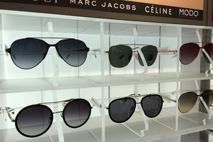 Solglasögon med så kallade överliggare är väldigt populärt den här sommaren.
