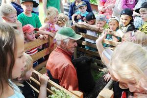 Alla barn fick klappa ett litet flaskmatat lamm.