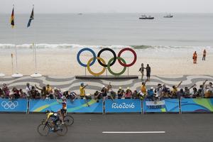 Anna van der Breggen kunde jubla, bara meter från stranden i Rio de Janeiro, efter damernas linjelopp.