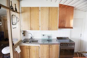 I köket avspeglar sig den konstnärliga ådran i form av en egendesignad köksfläkt i koppar.