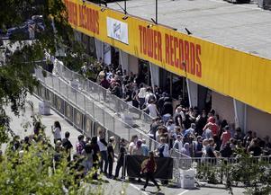 Fans köar utanför den tidigare skivbutiken Tower Records på Sunset Boulevard i Los Angeles i hopp om att få tag i biljetter till Guns N' Roses oväntade återföreningsspelning på klubben Troubadour.   Foto: Nick Ut/AP/TT