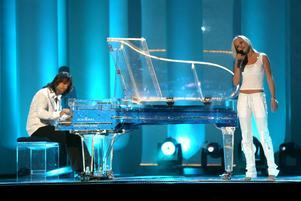 Källgren och Wells tävlade tillsammans i Melodifestivalen 2003 och kom 5:a i deltävlingen och blev därmed direktutslagna.