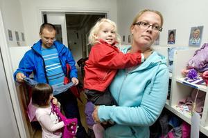 """Slut för i dag! Lotta Lodén hämtar sina barn Wilah, 2,5 år, och Wilda (ej med på bilden), på Soltorpets södra förskola på Bjurhovda. Hennes tredje dotter har också gått där tidigare – liksom Lotta själv. Lokalerna har blivit nerslitna, men i början av nästa år ska en nybyggd förskola vara inflyttningsklar. """"Det viktigaste för mig är att det är tillräckligt med personal och inte för stora barngrupper. När det är sjukdom och många vikarier märks det på barnen,"""" säger Lotta. I bakgrunden hämtar Ivica Dodik sin dotter Doris, snart 5 år."""