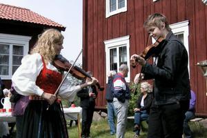 Isa Hammarsten, i Delsbodräkten och Albin Jonasson spelade på tunet under nationaldagen.