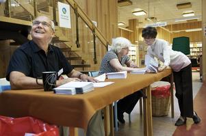 Många förstagångsväljare förtidsröstar, konstaterar förtidsröstmottagarna på Stadsbiblioteket, Oew Carlsson, Britt Thureson och Lisbeth Lundin. Foto:Stina Rapp