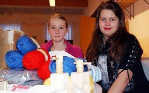 -- Lotterna säljer som smör. Beatrice Larsson och Cecilia Holmqvist bland garner och andra lottvinster.