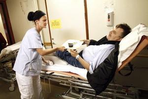 OTUR. Vid Kanalkiosken i Sandviken halkade Bengt Lövgren på tisdagsförmiddagen. Han måste eventuellt operera foten, men innan operationen vill han ha kaffe och smörgås.Marie Hedlund tittar till honom