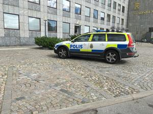 Polisbil utanför stadshuset.