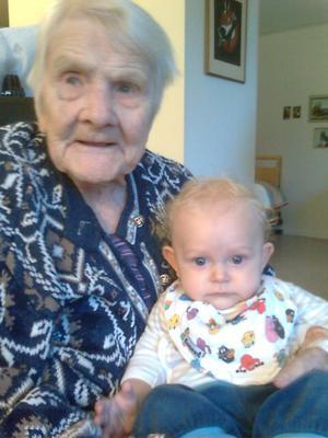 Brita Jones, 105 år, med yngsta barnbarnsbarnet Eddie, 6 månader, i knäet.