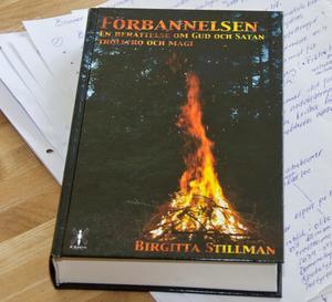 """Debutromanen. """"Förbannelsen, en berättelse om Gud och Satan, trolltro och magi""""."""