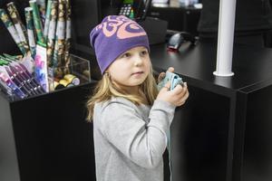 Matilda Lindh, sju år, handlade på Akademibokhandeln i Ingallerian under lördagen. Det blev ett litet block till henne själv innan familjen fortsatte kolla efter klappar.