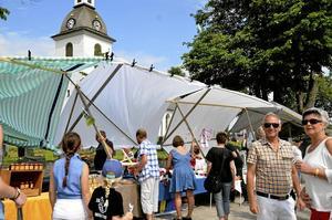 Taket lyfte. En vindpust lyfte marknadstaket på Lerbäckmarken.