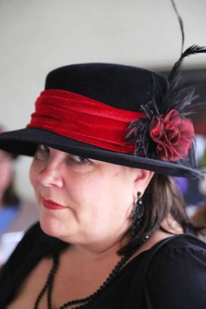 Margareta Andersson med hatten som hon har tillverkat från grunden.