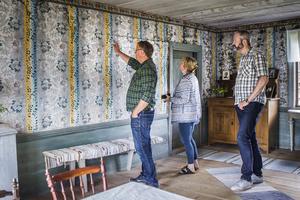 På övervåningen av ena huset finns originaltapeter, målningar och schabloner kvar från 1800-talet.