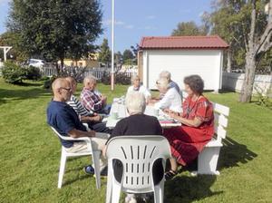 Gästerna lät sig väl smaka av kaffe med dopp ute i Grengehusets trädgård.