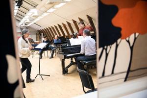 Maria Keohane repeterar inför julkonserten tillsammans med dirigenten Tobias Ringborg och Henrik Ahlinder vid pianot.