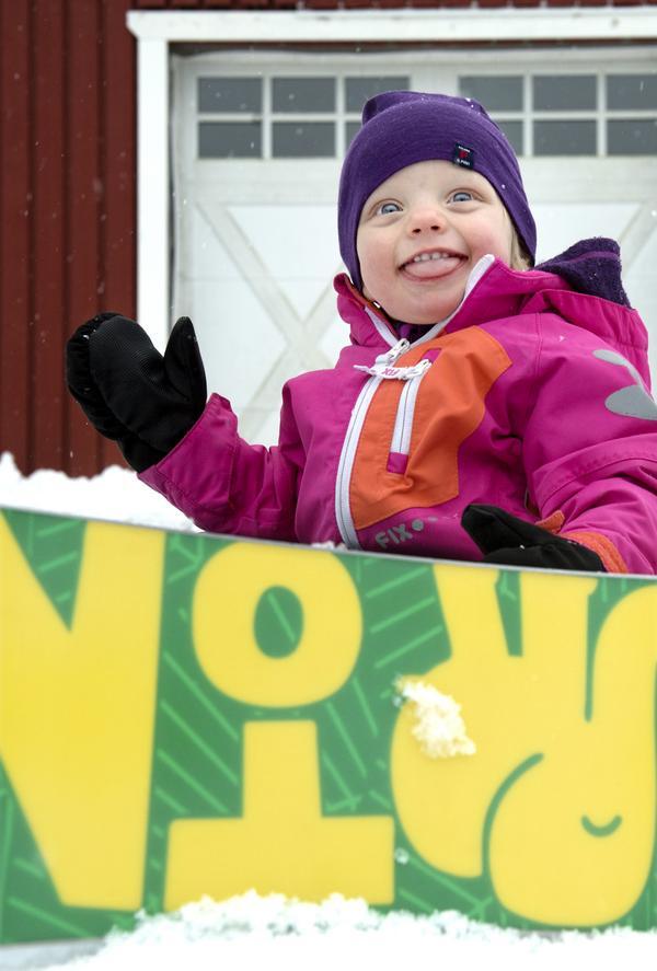 Elly fick en grön och gul snowboard på sin ettårsdag. På sportlovet var hon i Vemdalen och åkte med mamma Malin och pappa Magnus Westman.