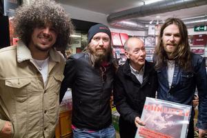 Brian Downey, Thin Lizzys ende trummis, tredje från höger, på Skivbörsen i Västerås, med bandmedlemmarna i Alive and Dangerous.