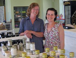 Maud Norell och Jenny Karlsson, driver brukshandeln.