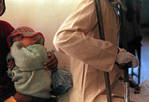 Gammal sjukdom. Leprasjuka patienter köar till Lepramissionens mottagning i New Delhi.Arkivfoto: John McConnico/AP/TT
