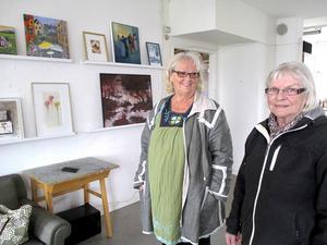 Karin Rolén Nordstrand och Doris Billberg i kollektivverkstadens lokaler inför ett Öppet hus. Nu lever verkstaden farligt.