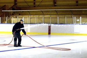 Is i augusti. Jan-Olov Karlsson är ordförande i IFK Hallsbergs hockeysektion och en av dem som ser till att det finns is i Sydnärkehallen från och med i dag. bild: lars-ivar jansson