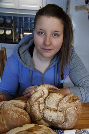Gillar att knåda. Cecilia Holmgren, bördig från Surahammar, deltar i SM-finalen i Unga Bagare 2012.