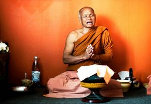 Phra Sunant Phiopan är den äldsta munken i templet just nu. Här välsignar den mat som munkarna har fått som gåva inför dagens måltid.