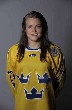Förutom spel i damernas högstaserie har Östberg även spelat flera turneringar i den blågula landslagströjan.