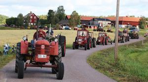 Cruising mellan Karlsbyheden och Sundborn med femtiotalet traktorer. Lars-Erik Sundlöv kör först och håller tempot.