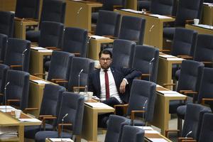 Jimmie Åkesson (SD) i riksdagen, där inget annat parti vill samarbeta med hans. Denna ordning motiveras oftast med SD:s förflutna. Men även år 2017 finns starka skäl för att det bör förbli så.