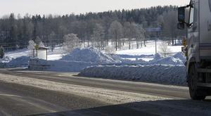 Där snön samlar sig i vägräcken, och snöhögar skyfflas upp, försämras sikten.
